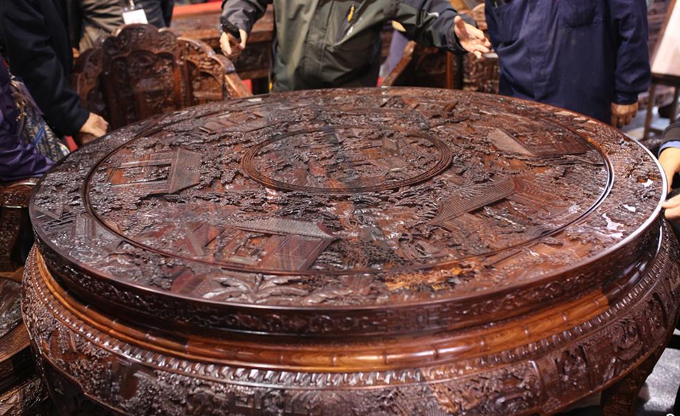 红楼梦木雕家具亮相文博会:100多位工匠耗时十年