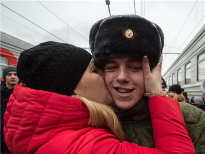 俄秋季征兵 年轻小伙与家人动情告别