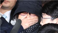 朴槿惠'亲信门'主角崔顺实抵达监察厅遭围堵