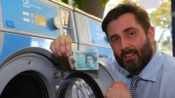 英国新版5镑坑了 橡皮擦居然能把女王头擦掉