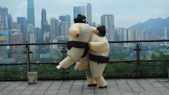"""重庆青年上班族玩趣味""""相扑""""大战释压"""