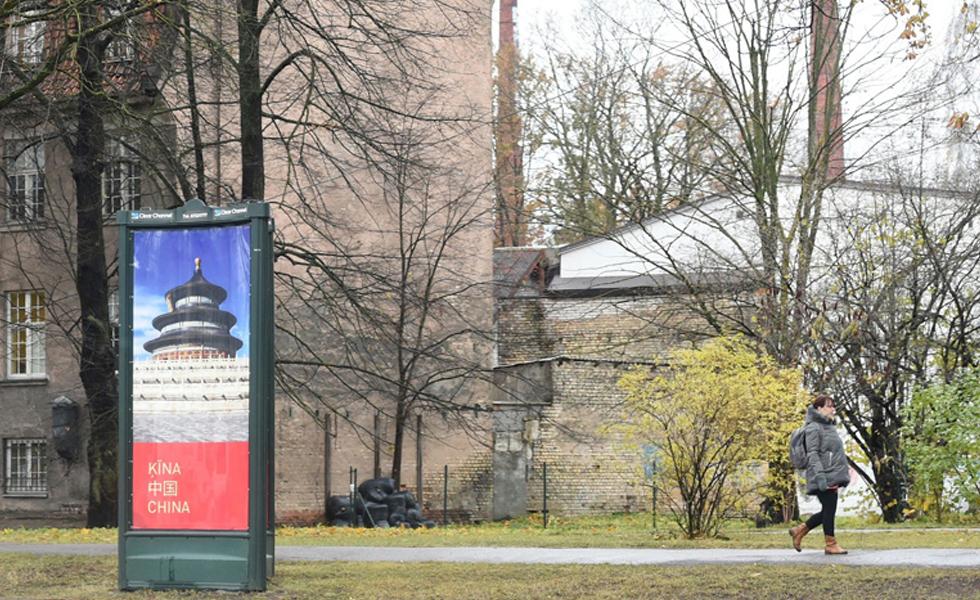 """拉脱维亚街头挂出""""中国风""""宣传画,期盼李克强到访"""
