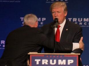 演讲现场发生骚乱 特朗普被特工紧急带下讲台