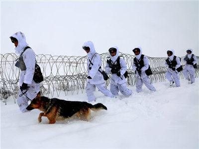 新疆北部降暴雪 子弟兵顶风踏雪巡逻守安宁