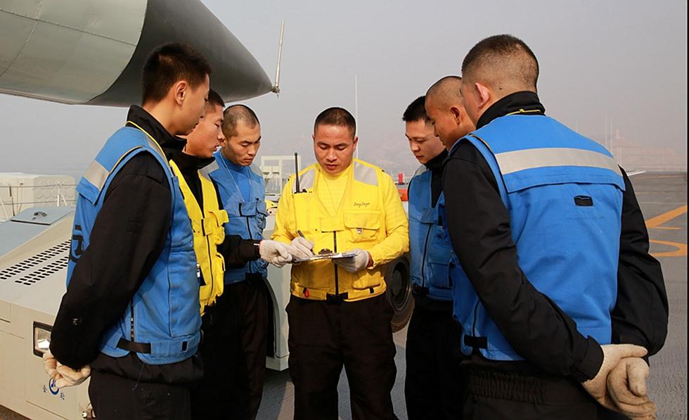 曝光!中国首艘航母辽宁舰老兵工作照