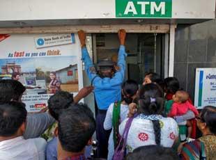 印度民众持续排队兑换新钞 ATM被取空
