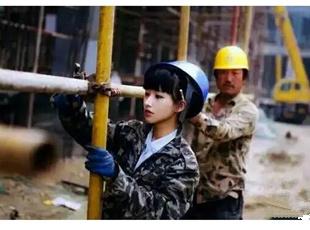 这些90后女孩为了生活,居然在工地出苦力