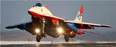 俄'雨燕'飞行队从珠海返航途中加油画面曝光