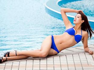 美丽冻人!世界旅游小姐泳池边拍写真 上演湿身诱惑