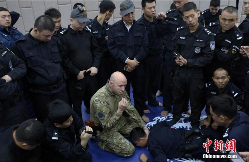 谁知道哪里有做公安教官服的_外籍教官向多名公安学员教授搏击技巧. 王刚 摄