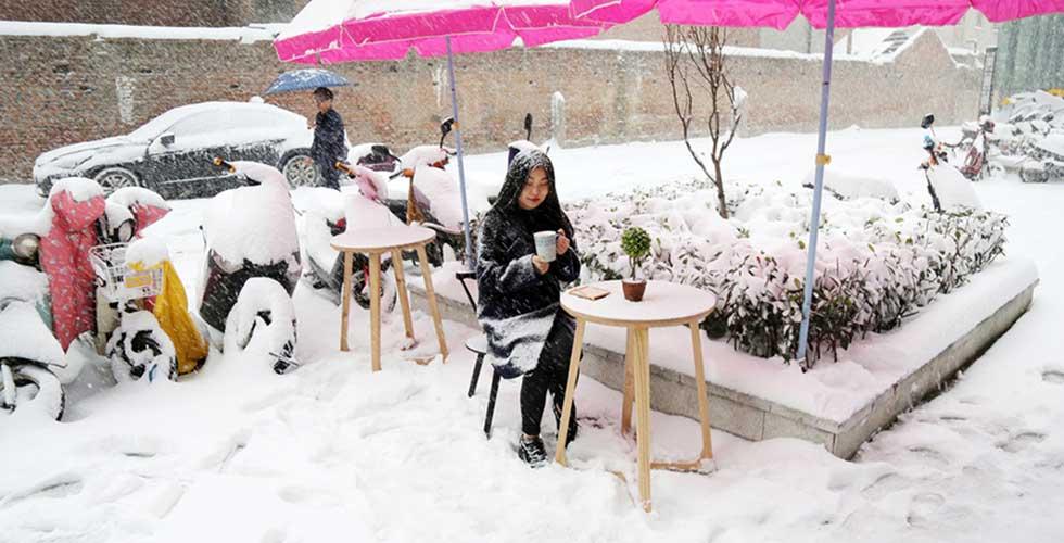 美女大学生雪中喝咖啡 成真人版'白雪公主'