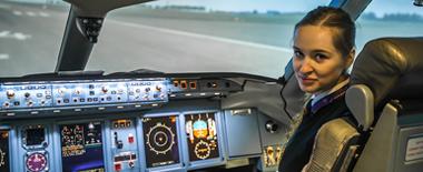 23岁美女成俄罗斯民航最年轻女飞行员