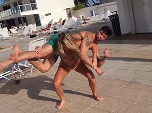 女汉纸!瑞典环球小姐肩扛164斤壮汉做深蹲