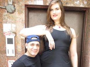 身高2米女子变身模特活出自我