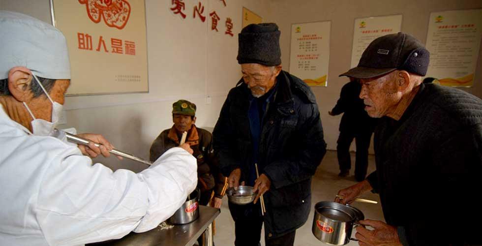 山东日照农村现'爱心食堂' 贫困孤寡老人吃上免费午餐