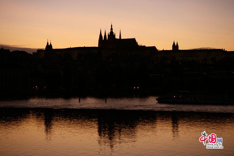 日落后的城堡轮廓