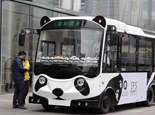 """""""熊猫巴士""""亮相成都春熙路街头"""