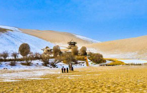 敦煌大漠迎冬雪风景别样美