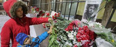 俄民众纷纷前往古巴大使馆前献花悼念卡斯特罗