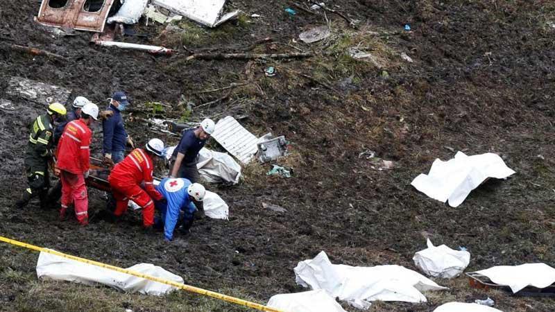 载巴西球员飞机坠毁 大批遇难者遗体被找到