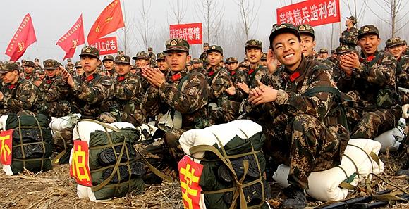 北京武警近万新兵京郊进行野营拉练