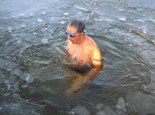 长春老人挑战低温 雪地赤膊破冰冬泳