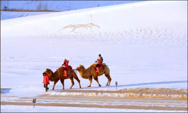 享受冬日阳光与雪景 体验敦煌冬日宁静