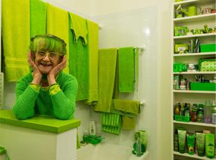 """女子痴迷绿色20年 从头绿到脚被称""""绿夫人"""""""