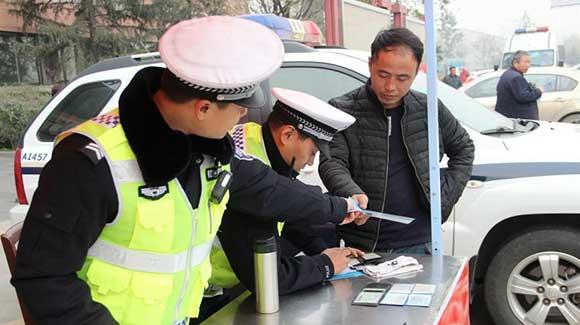 """西安高速交警""""全国交通安全日""""查处违法400余例"""