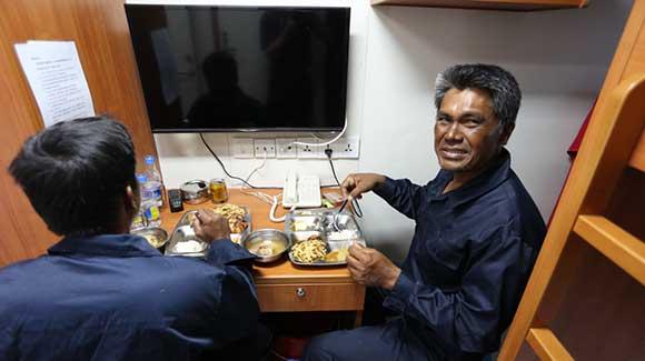 菲渔民获中国海警援救 吃饭看病被精心照顾
