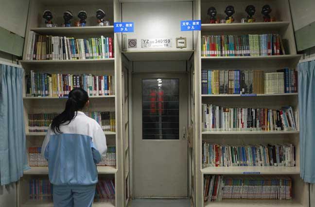 """广西柳州:""""退役""""绿皮车变书吧 免费向公众开放"""