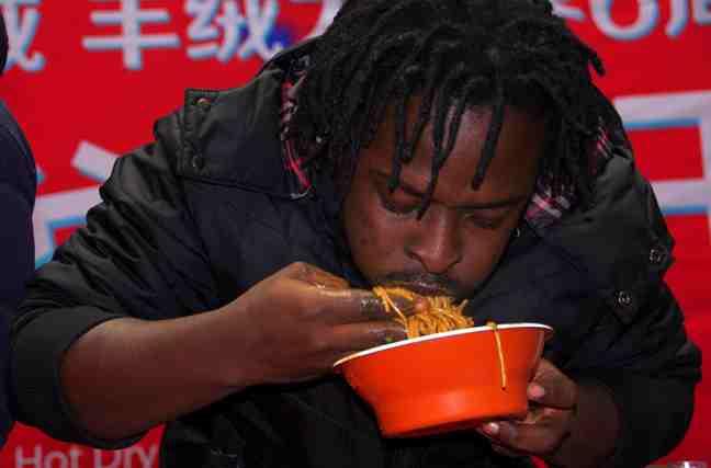 武汉举办大胃王比赛 老外手抓热干面吃相'辣眼睛'