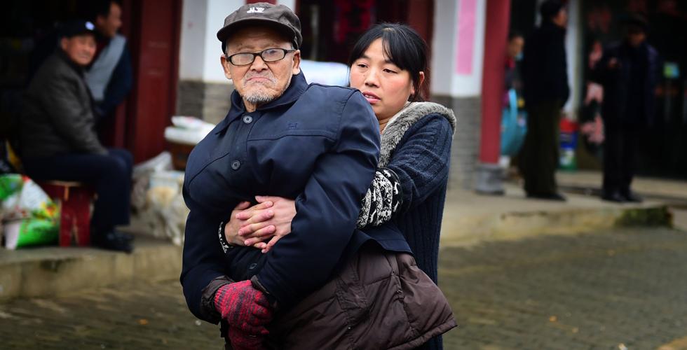 抱着父亲一起前行
