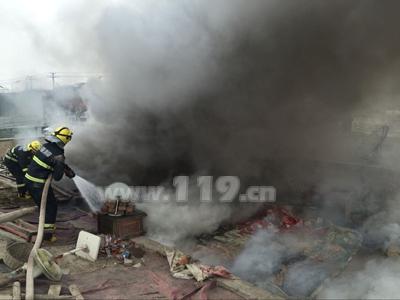 平安夜民房突着大火浓烟四起 哈密消防疾驰救援