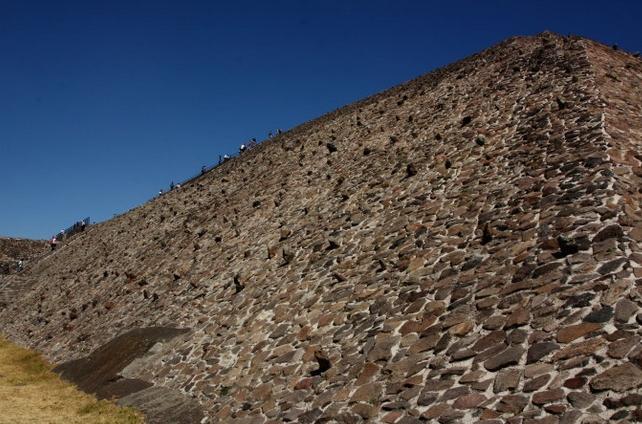 秘鲁发现一金字塔结构建筑遗址