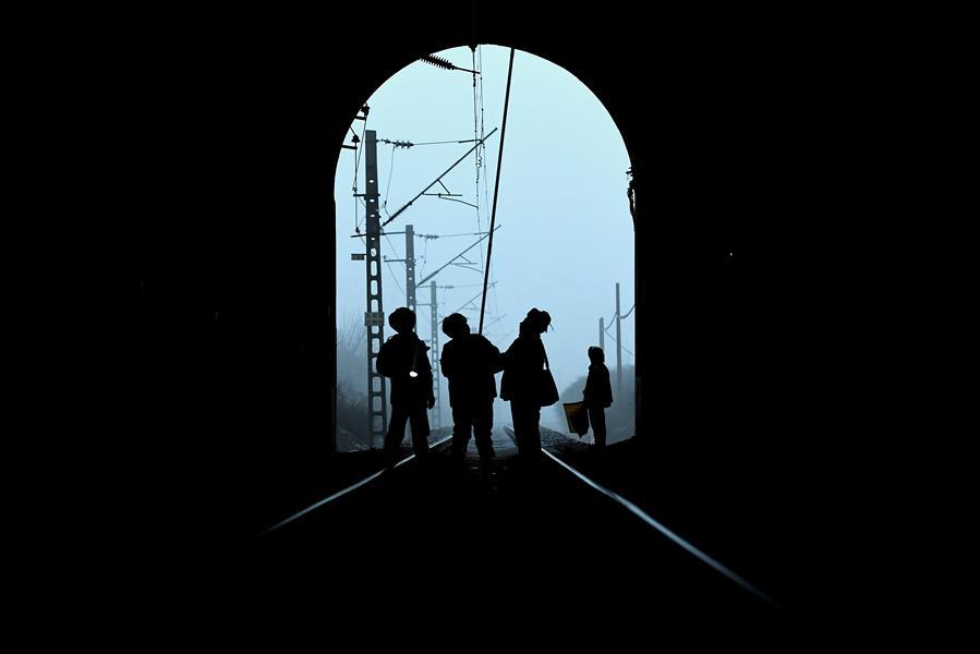 1月5日,张广渊(右二)和工友们在丹珠岭隧道内进行打冰作业。 当日天还没亮,郭树林和张广渊就开始收拾工具,准备和工友们一起赶往丹珠岭隧道进行打冰作业。丹珠岭隧道位于太(原)焦(作)线东田良至赵庄区间,由于建造年代久远,隧道渗水结冰严重,如不及时清除,有可能威胁行车安全。即将到退休年龄的郭树林、张广渊是自1985年起就在东田良参加打冰作业的老手,对隧道结冰点了如指掌,而今年也是他们的最后一个打冰季。当天的工作从7点05分开始,6米多长的打冰杆在他们的操纵下,左右舞动,冰屑飞溅,近一个小时的作业,清除冰