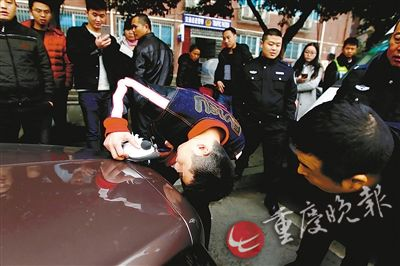 宾利车主为追女神将车标改熊猫 女方:太不成熟