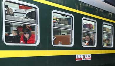 北京铁路局春运首趟增开旅客列车发车