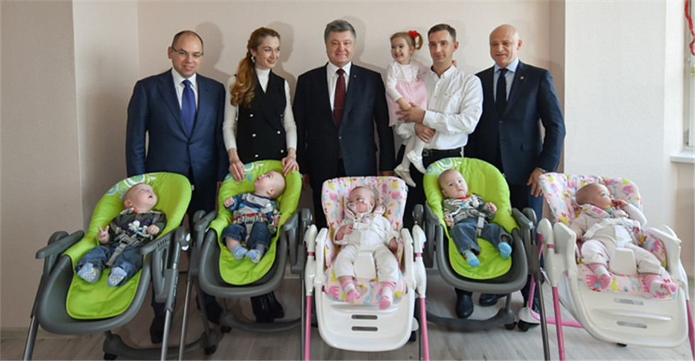 乌总统波罗申科给新生五胞胎家庭拜年送轿车