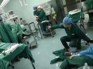 医生手术中累倒 躺地输液