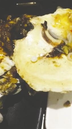 男子吃生蚝被珍珠硌牙 称不打算追责要做戒指