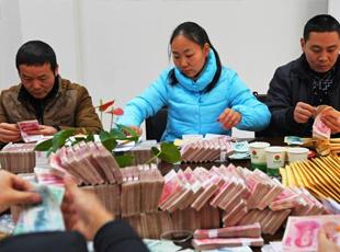 公司取2500万为农民工发工资 40名警察看护