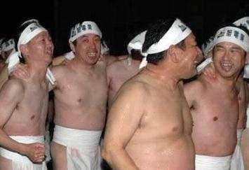 """日本""""裸祭仪式"""" 男子寒冬赤上身登山祭神"""