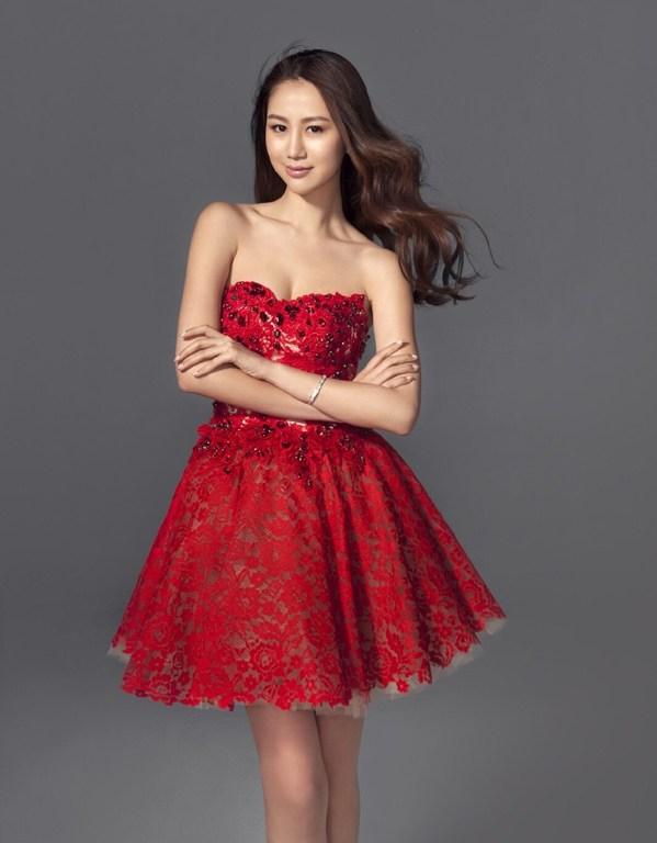 陈露红裙抢镜