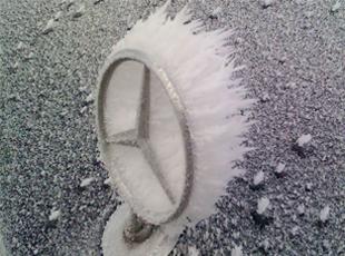 意外惊喜!被冻住的汽车或许是一件艺术品
