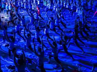 西班牙民众商城练瑜伽 灯光绚丽动作整齐