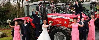 爱尔兰女孩实现儿时梦想:开拖拉机风光出嫁