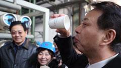 这位环保局局长竟然喝下了钢铁厂处理过的污水