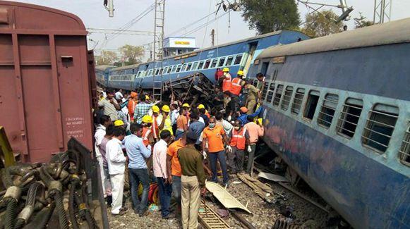 印度东南部一列车脱轨 至少39人死亡
