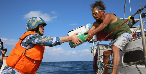 中国海军护航编队在亚丁湾海域救助两名探险者